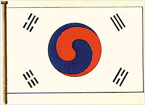 On the left is the ��national flag of Chosun�� printed in Japanese newspaper ��Jijishinpo�� on Oct. 2, 1882. One in the right is the