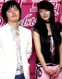 Jeon Ji-hyun (right) and Jang Hyuk