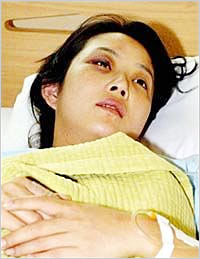 Actress Choi Jin-sil, who was assaulted by her husband Cho Sung-min on Sunday, at a Gangnam hospital on Monday. /Yonhap