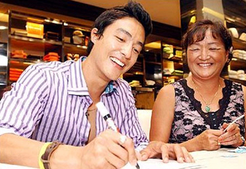 Daniel Henney and his mother Christine at an autograph signing at Shinsaegae Department Store in Sogong-dong, Seoul.