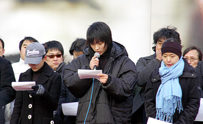 Actors read out a statement against the governments decision to halve the screen quota reserved for domestic movies during a rally in Gwanghwamun, downtown Seoul on Wednesday. From left, Moon Geun-young, Lee Jun-ki, and Jeon Do-yeon