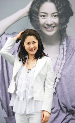 Ko Hyun-jung poses for camera at an event to publicize the production of her debut movie