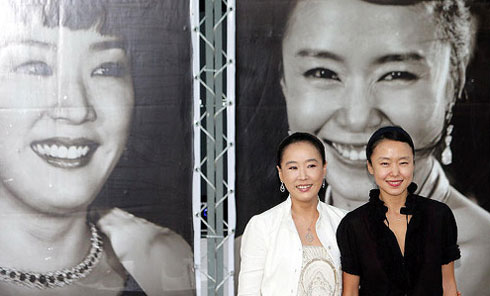 Kang Soo-yeon (left) and Jeon Do-yeon pose at an open talk show at the Pusan International Film Festival village at Haeundae Beach on Saturday.