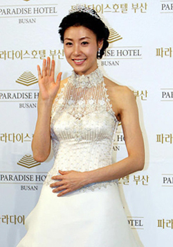 Actress Sung Hyun-ah poses at a press conference before her wedding at the Paradise Hotel in Busan on Sunday. She tied the knot with businessman Heo Eun-gyo, who is one year younger than her./Yonhap