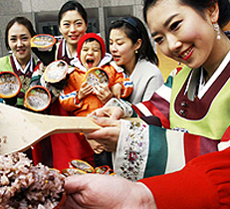 CJ Cheiljedang holds an event making ogokbap or rice mixed with five different kinds of grain ahead of Daeboreum, the first full moon of the lunar year.
