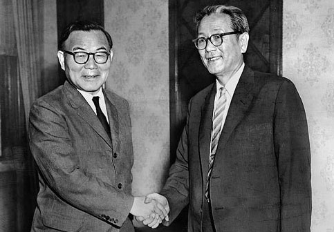 On Aug. 19, 1960, prime minister Chang Myon (right) shakes hands with figurehead president Yun Po-son at Gyeong Mu Dae after his nomination was approved by the National Assembly. During Yuns term, Gyeong Mu Dae was renamed Cheong Wa Dae.
