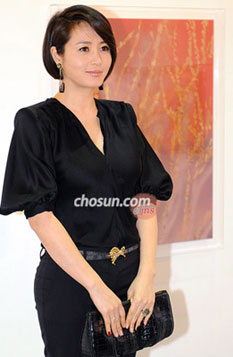 Kim Hye-soo poses in front of her artwork at the Seoul Open Art Fair.