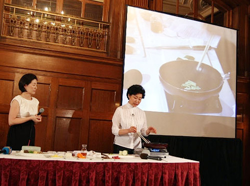 Ahn Jeong-hyun (right) of the Korean Food Globalization Promotion Committee shows how to cook bibimbap, a bowl of rice topped with vegetables, at an event in Washington D.C. on Tuesday. /Courtesy of Korea Foundation