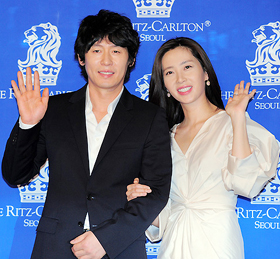 Actor Sol Kyung-gu (left) and actress Song Yun-ah pose for photos at a press conference announcing their wedding plans in Seoul on Saturday.