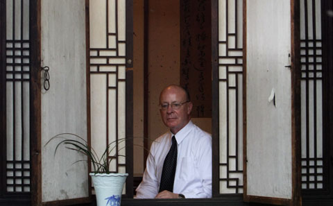 Peter Bartholomew in his traditional Korean house on Thursday /Yonhap