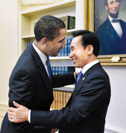 U.S. President Barack Obama greets President Lee Myung-bak in the White House on Tuesday morning.