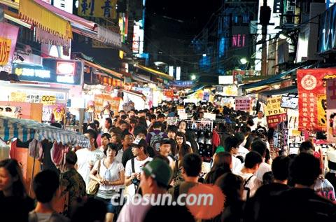 The Shilin Night Market in Taipei is packed with visitors on Thursday. The market is one of the most popular spots among visitors from the mainland China.