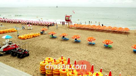 Due to atypical cool weather, Haeundae Beach in Busan is deserted on Thursday.