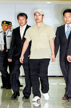 Hyundai Asan staffer Yu Seong-jin, who was detained in North Korea for 136 days, returns to the South via the Dorasan immigration office on Thursday.