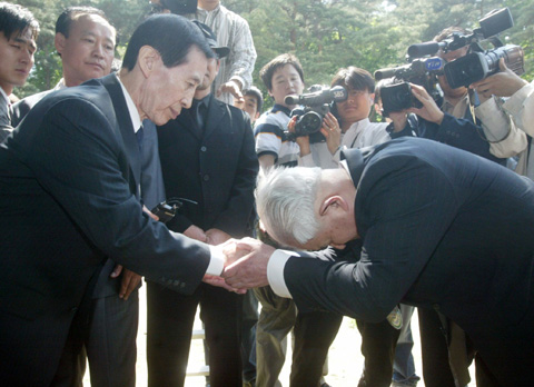 Datsumi Kawano (right), a grandson of Empress Myeongseongs assassin Shigeyaki Kunimoto, apologizes to Yi Chung-gil, a grandson of Emperor Gojong at Hongneung, the royal couples tomb, in Namyangju, Gyeonggi Province in May, 2005.