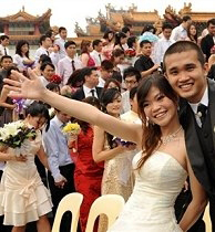 A newly-wed couple at a mass wedding ceremony in front of Thean Hou temple in Kuala Lumpur on Sept. 9, 2009 /AFP