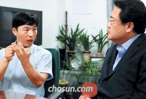 Yu Seong-jin talks to Grand National Party lawmaker Chung Jin-suk.