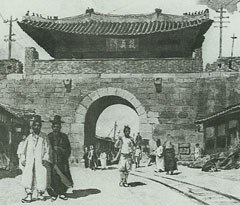 The Donuimun before demolition in 1915 /Courtesy of Seoul Metropolitan Government