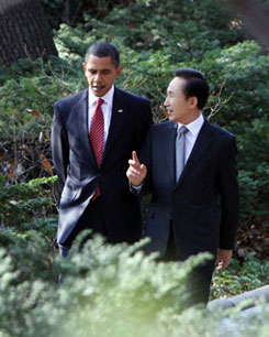 U.S. President Barack Obama (left) and President Lee Myung-bak