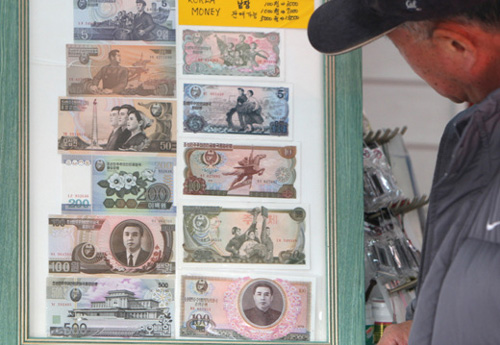 A tourist looks at North Korean bills at a souvenir store in Imjingak, Paju in Gyeonggi Province on Tuesday. /Yonhap