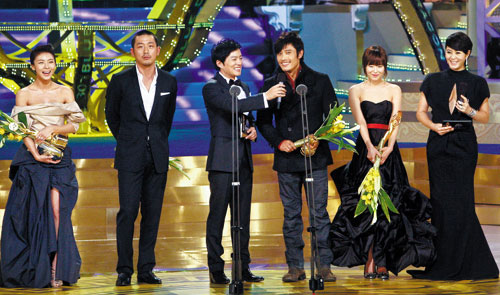 The winners of most popular star awards and presenters in this years Blue Dragon Film Awards. From left, Ha Ji-won, Ha Jung-woo, Lee Beom-soo, Lee Byung-hun, Choi Kang-hee, and Kim Hye-soo