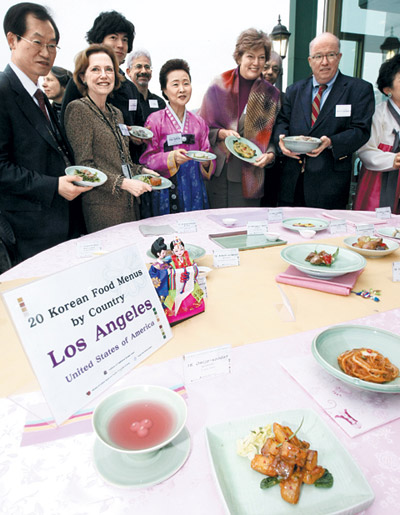 Yoon Sook-ja (center), director of the Institute of Traditional Korean Food, poses with U.S. Ambassador Kathleen Stephens (second from right) and other guests. /Yonhap