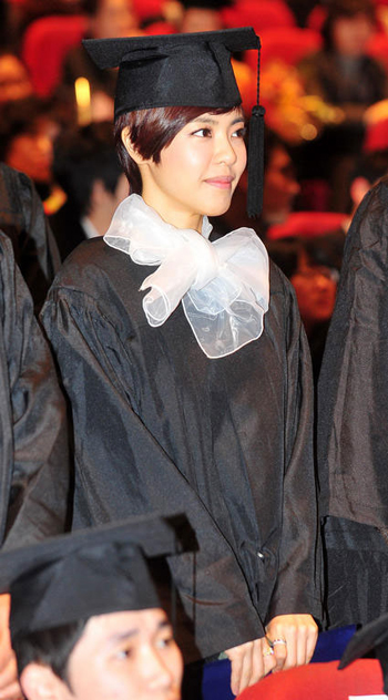 Actress Lee Yoon-ji attends a graduation ceremony at Chungang University in Seoul on Wednesday. /Newsis