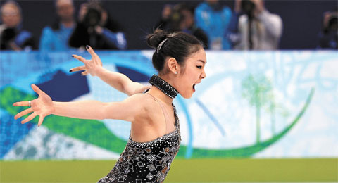 Kim Yu-na performs in the ladies singles figure skating short program at the Vancouver Winter Olympics on Wednesday. /Yonhap