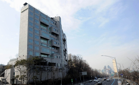 Actor Jang Dong-gun recently purchased this W3 billion villa in Heukseok-dong, commanding a view over the Han River.