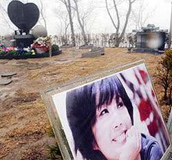 A grave for the late actor Choi Jin-young is prepared next to that of his sister, actress Choi Jin-sil, in Gapsan Park in Yangpyeong, Gyeonggi Province on Wednesday. /Newsis