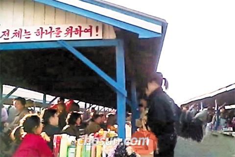 The Onsong market in North Hamgyong Province, North Korea is packed with customers in October last year before the currency reform on Nov. 30.
