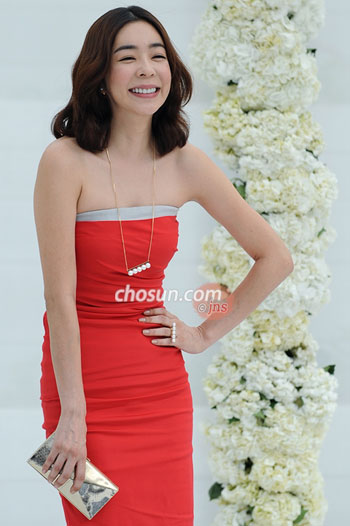 Actress Lee Hye-young poses as she attends the wedding of star couple Jang Dong-gun and Ko So-young in Seoul on Sunday.