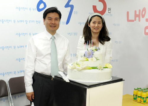 Shim Eun-ha on Sunday visits the campaign camp for her husband Ji Sang-wook, the Liberty Forward Party candidate for Seoul mayor. /Newsis