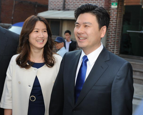 Ji Sang-wook, the Liberty Forward Partys candidate for Seoul mayor and his wife, former actress Shim Eun-ha, wait to enter a polling station in Sindang-dong, Seoul on Wednesday. /Newsis