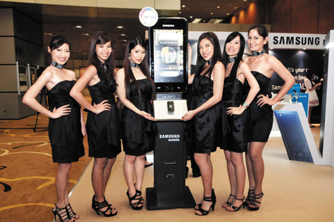 Models pose at the worlds first launch event for the Samsung Galaxy S smartphone in Singapore last week. /Courtesy of Samsung Electronics
