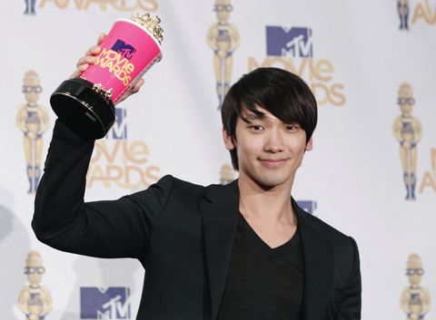 Singer and actor Rain poses with his award at the 2010 MTV Movie Awards at the Gibson Amphitheatre in Universal City, California on Sunday. /Reuters-Yonhap