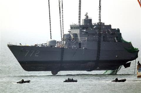 A giant offshore crane salvages portion of the sunken South Korean naval ship Cheonan, off Baeknyeong Island, South Korea on April 15, 2010. /AP