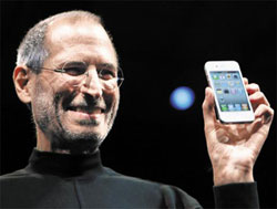 Apple CEO Steve Jobs shows the iPhone 4. /AP-Yonhap