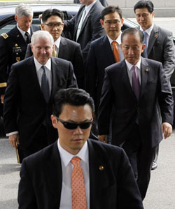 Korean Defense Minister Kim Tae-young (right) and his U.S. counterpart Robert Gates walk behind a security guard at the Defense Ministry in Seoul on Tuesday. /Reuters-Newsis