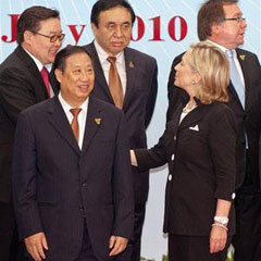 Vietnamese Foreign Minister Pham Gia Khiem (front left) stands next to U.S. Secretary of State Hillary Clinton as she greets other delegates at the ASEAN Regional Forum in Hanoi on July 23, 2010. /AP