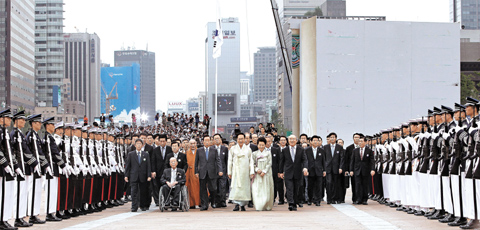 President Lee Myung-bak and leading political figures celebrate the 65th anniversary of Koreas liberation from Japanese colonial rule in central Seoul on Sunday.