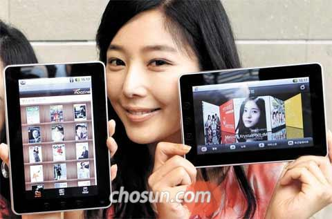 A model shows the KT Identity Tab tablet PC at the telecom companys headquarters in Gwanghwamun, Seoul on Monday.