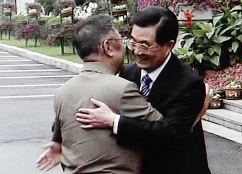 North Korean leader Kim Jong-il (left) hugs Chinese president Hu Jintao in Changchun, Jilin Province in China on Friday in this screen grab from CCTV. /AP-Yonhap