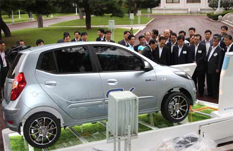 President Lee Myung-bak is briefed on Hyundais full-speed electric car, the BlueOn, at Cheong Wa Dae on Thursday. /Yonhap