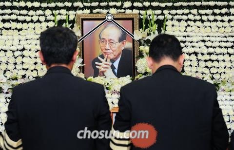 Mourners pay their respects to the late Hwang Jang-yop at an altar in Seouls Asan Medical Center on Sunday.