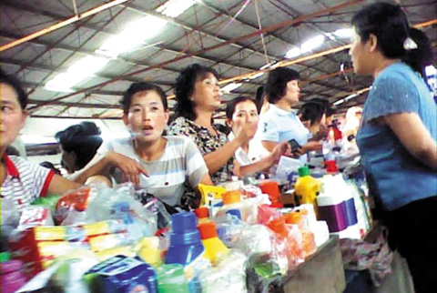 North Korean vendors sell goods in the Chaeha Market in Sinuiju in this screen grab from a video obtained on Aug. 18 by the Chosun Ilbo from a North Korean source.