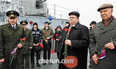 Russian Ambassador to Korea Konstantin Vnukov and others pay their respects to sailors who died onboard the Russian cruiser Varyag during the Russo-Japanese War, at a memorial service held on a Korean patrol ship off Incheon on Feb. 9 this year.