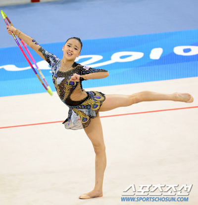 Gymnast Son Yeon-jae performs in the first round of preliminaries in the individual all-around competition at the Guangzhou Asian Games on Thursday.
