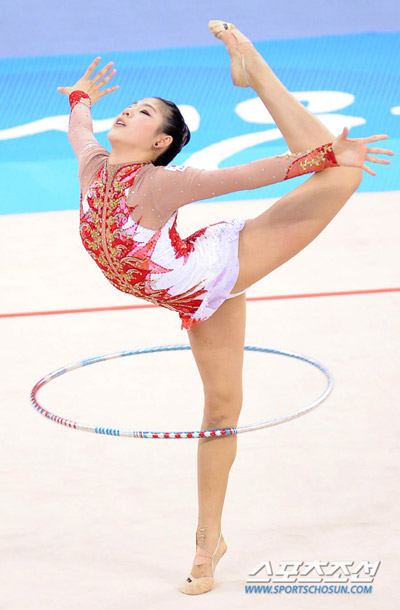 Shin Soo-ji, suffering from an ankle injury, competes in the first round of preliminaries in the individual all-around gymnastics at the Guangzhou Asian Games on Thursday.
