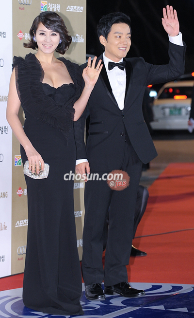 Kim Hye-soo (left) and Lee Bum-soo